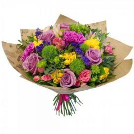 11 роз 7 фрезий 6 гвоздик 3 розы кустовые