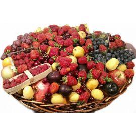 Большая корзинка ягод и фруктов