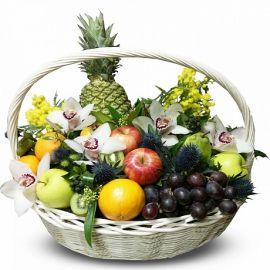 Корзнка фруктов с декором